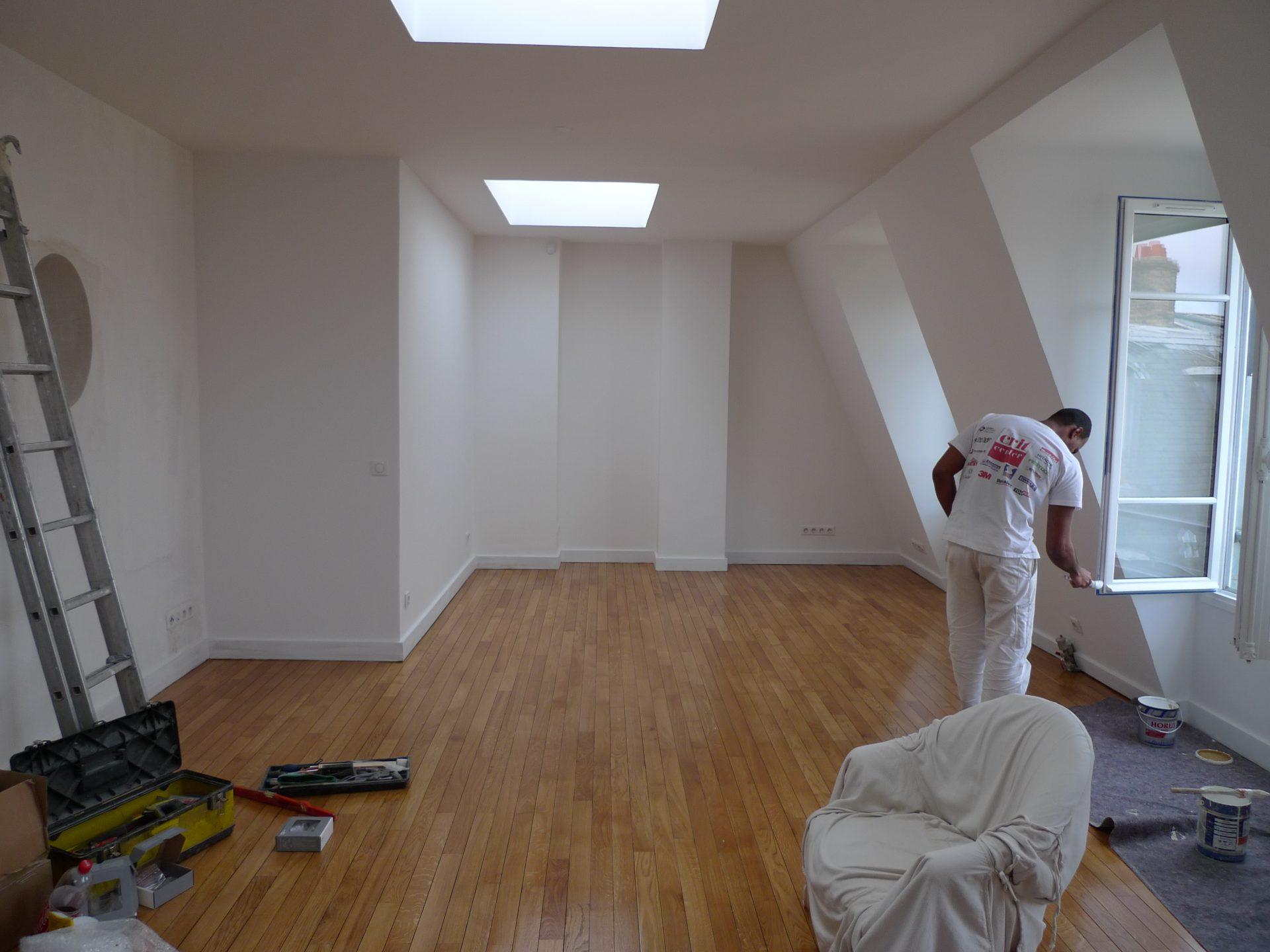 le parquet du séjour est poncé et vitrifié, les murs sont repeints en blanc pour apporter de la lumière