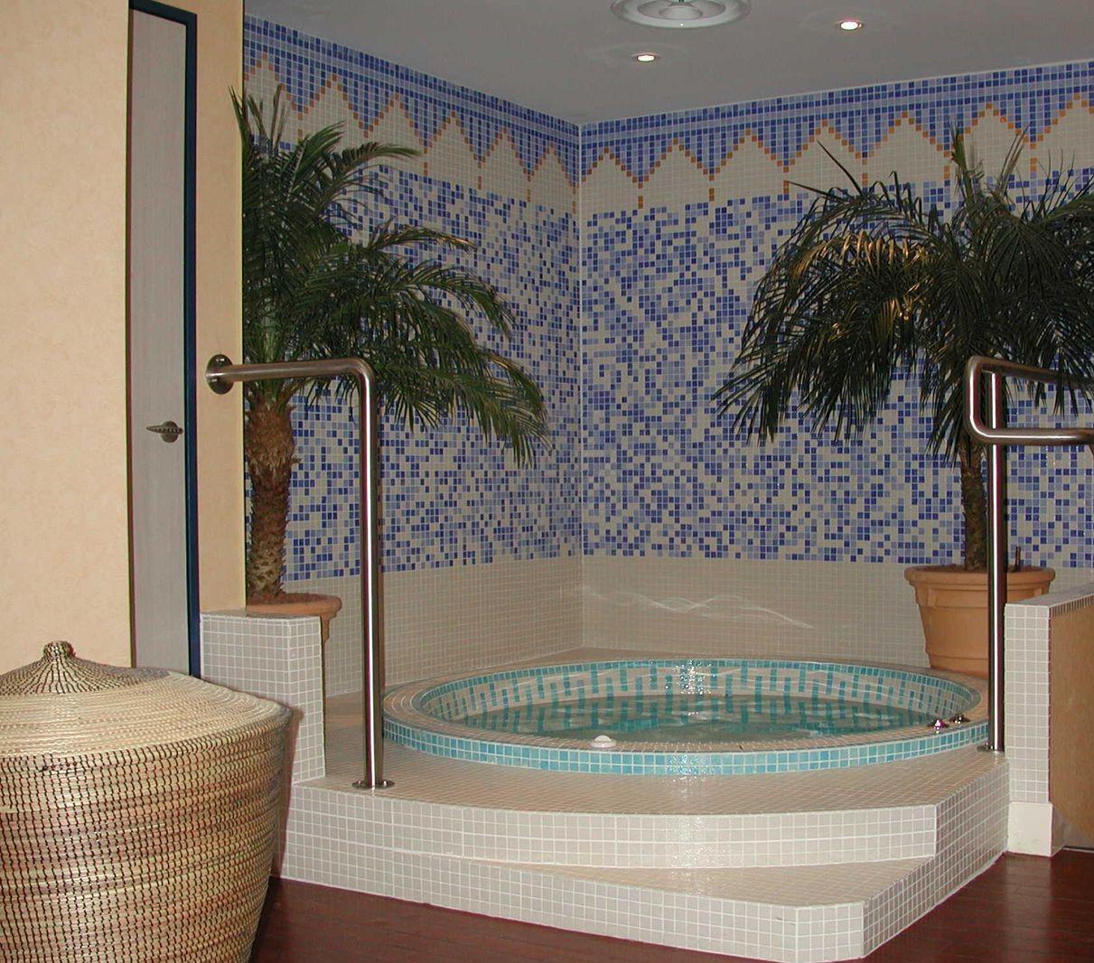 un nouveau spa avec une mosaïque bleue, blanche et dorée